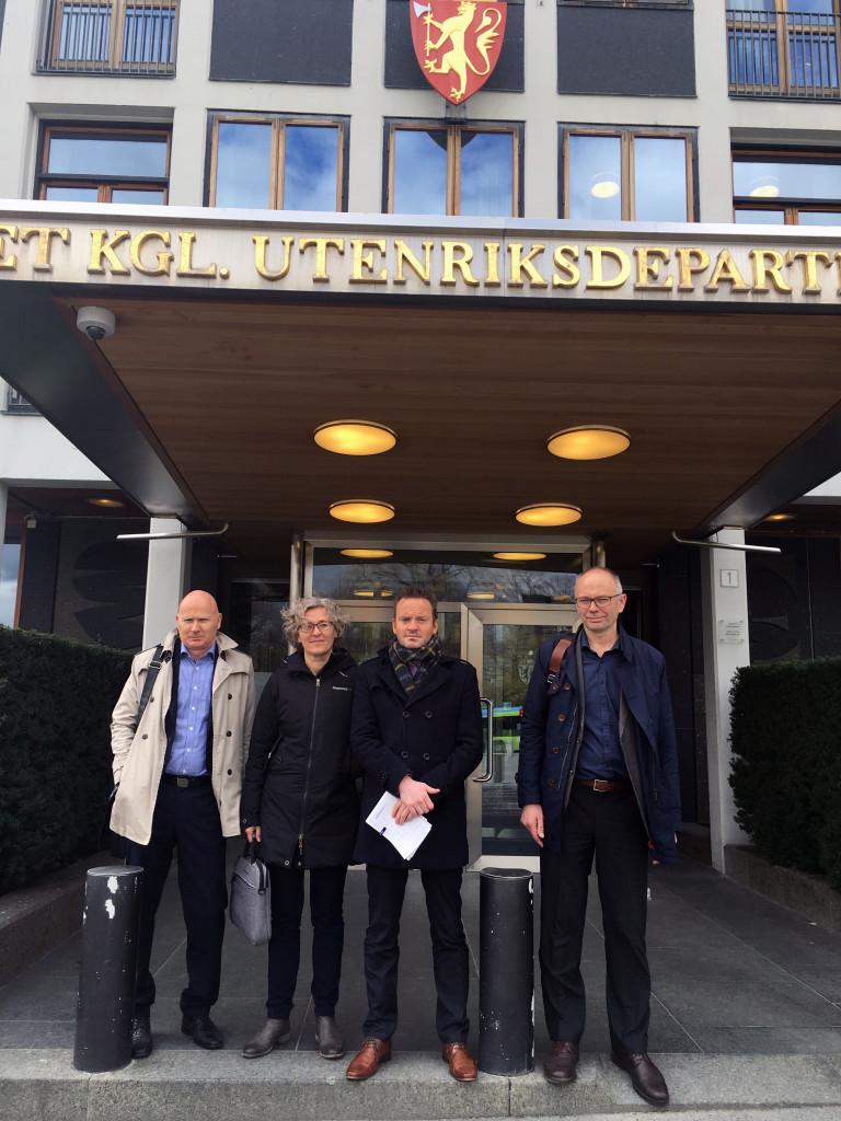 Fotoinfo: F.v. Erling Holmeset jr, Kristin Alnes, Geir Ove Ystmark og Kjell Ingebrigtsen etter møtet med EØS- og EU-minister Elisabeth Aspaker i Utenriksdepartementet fredag.